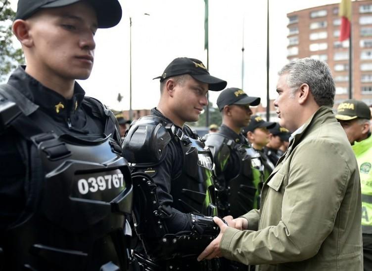 """Presidente Duque visitó sede de la Policía y reiteró su """"respaldo y admiración"""" al Esmad"""