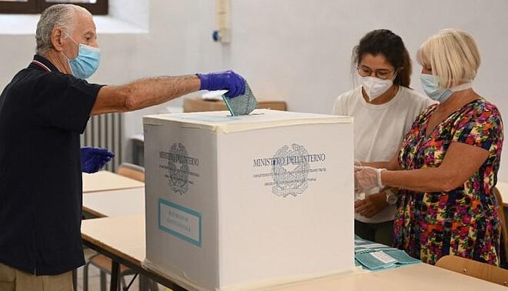 Italia aprueba la reducción de un 1/3 del Parlamento, en referéndum, con el 70% de la votación