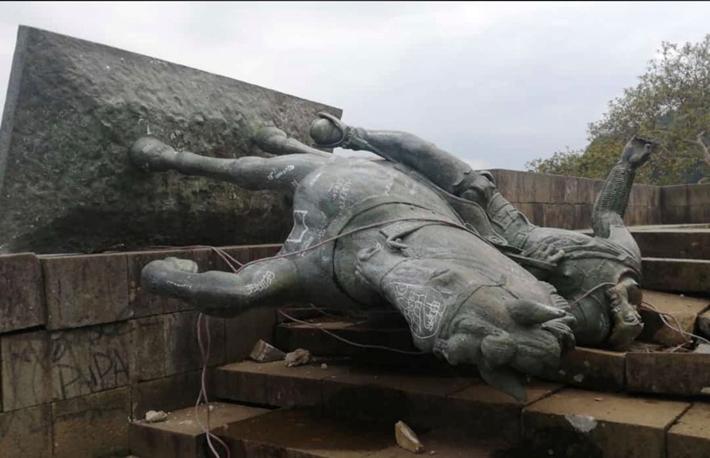 Indígenas colombianos tumbaron la estatua del asesino español Sebastián de Belalcázar