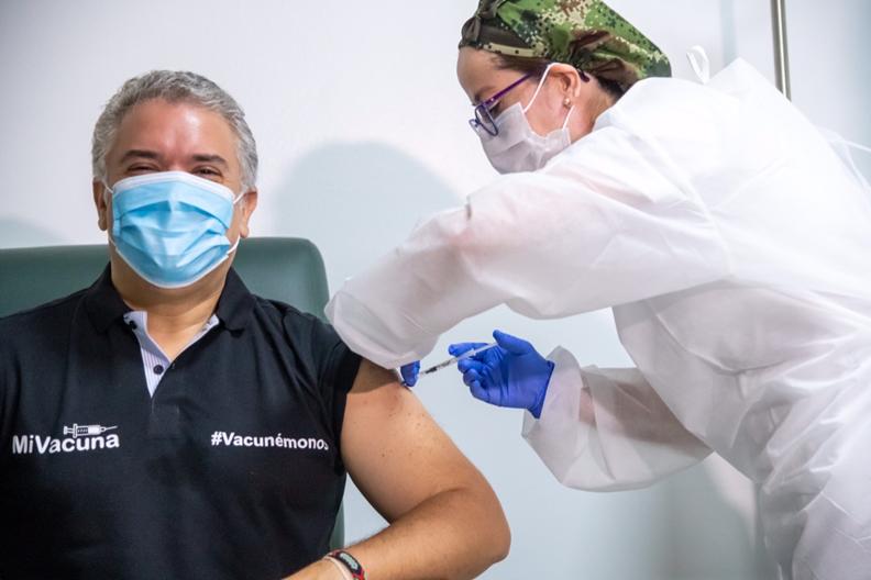 Presidente de Colombia recibió 1a. dosis de la vacuna Pfzer, contra el COVID-19